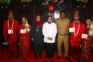 Walikota Surabaya bersama peserta nikah massal