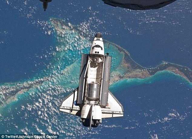 5 gambar kokpit kapal angkasa Shuttle Atlantis