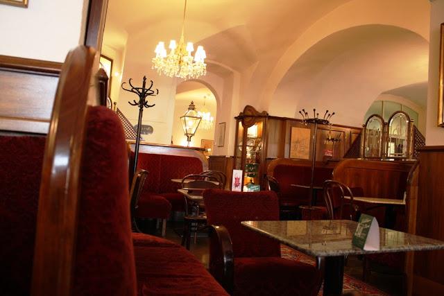 Wiener Kaffeehaus - Gemütlich: das Café Frauenhuber in der Himmelpfortgasse 6 in Wien © Copyright Monika Fuchs, TravelWorldOnline