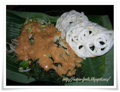 Pecel Semanggi or Clover is Surabaya's traditional food that uses peanut or pecel seasoning as its sauce. It is called pecel semanggi, because of the primary material uses semanggi leaves. Absolutely, it was so interesting food from east java.