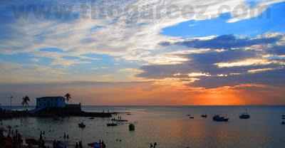 Final de tarde na praia de Porto da Barra, em Salvador
