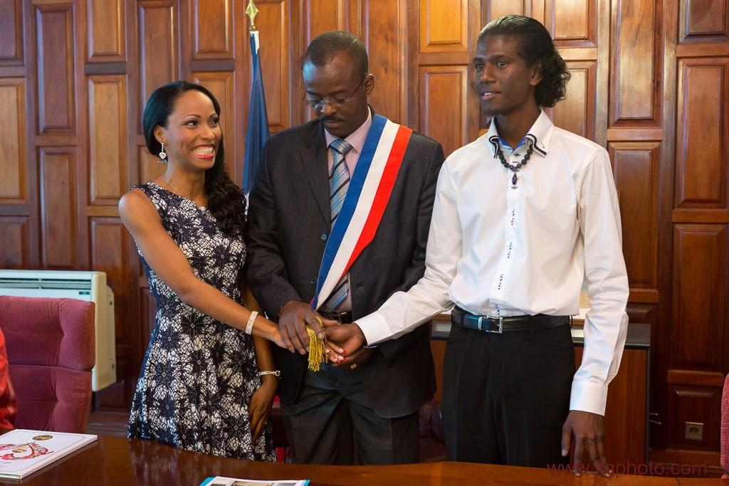 les mariés se prennent la main devant le maire