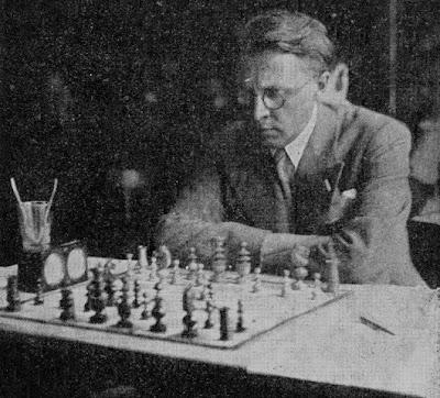 Victor Kahn frente al tablero de ajedrez