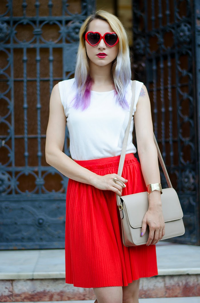 white top red H&M pleated skirt heart sunglasses