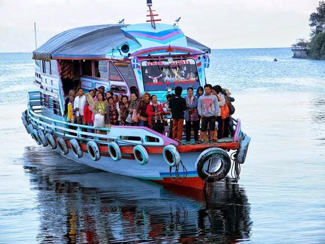 Transportasi Danau Toba - Kapal Kayu ini bisa mengangkut hingga 75-100 orang plus sepeda motor