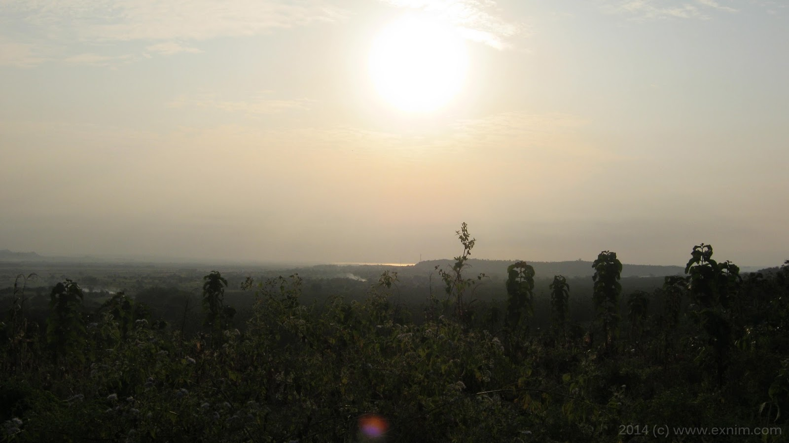 Foto panorama alam berhias sinar matahari