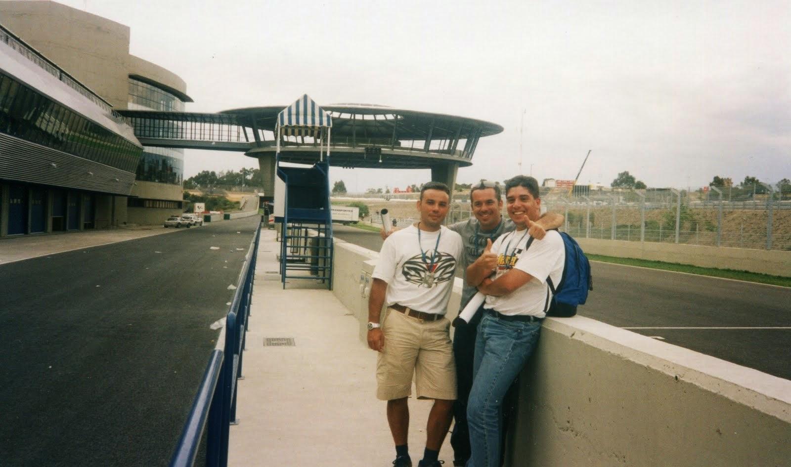 Al fondo el Ovni del circuito de Jerez