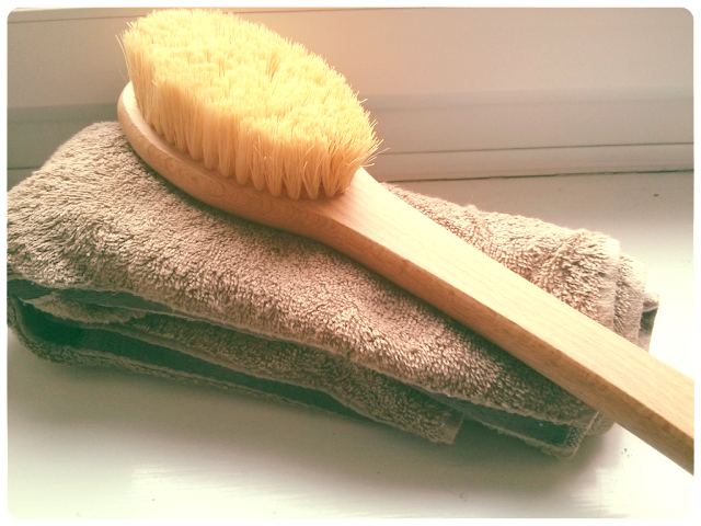How to dry body brush, benefits of dry body brushing
