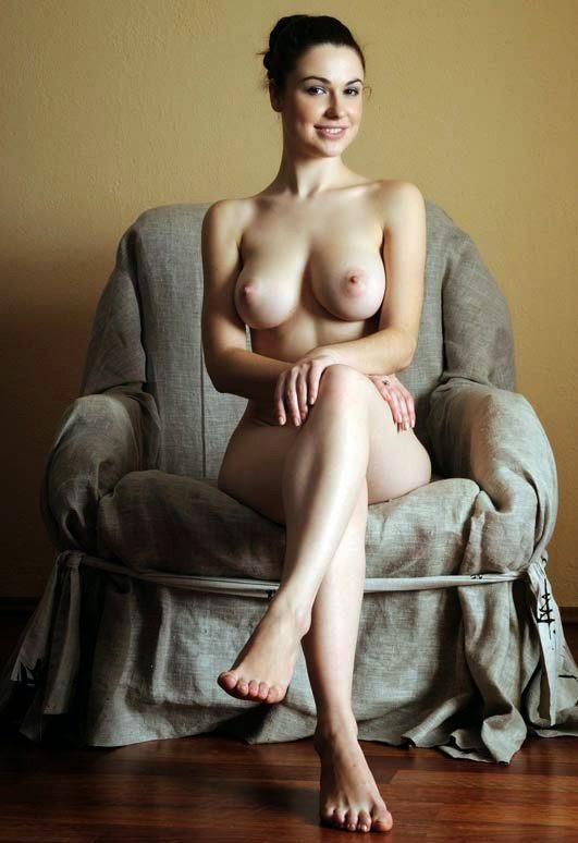 Фото голая в кресле