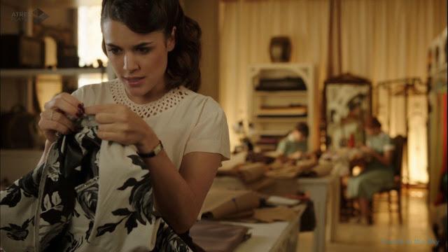 Sira Quiroga blusa béis troquelada. El tiempo entre costuras. Capítulo 6