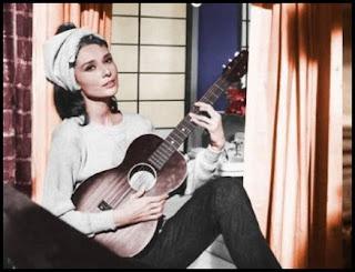 """Audrey Hepburn canta """"Moon river"""" en Desayuno con diamantes"""