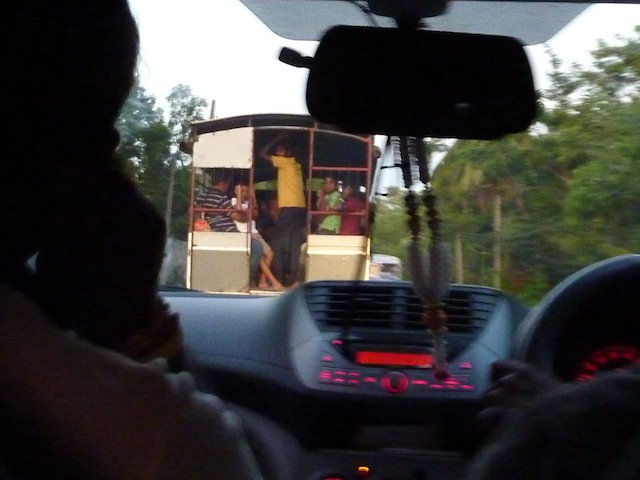 sur la route de la Perahera a Kataragama