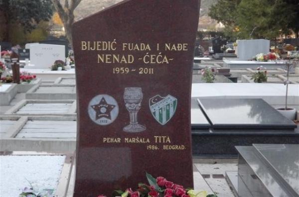 Nejat Biyediç'in mezarı. İsminin özdeşleştiği iki camia da yanında: Velez Mostar ve Bursaspor…