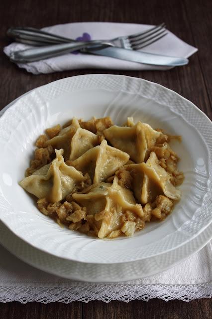 fagotti con baccalà, scarola, mozzarella e caciocavallo su genovese di baccalà
