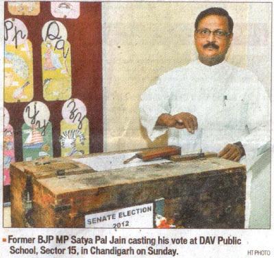 Former BJP MP Satya Pal Jain casting his vote at DAV Public School, Sector 15, in Chandigarh on Sunday