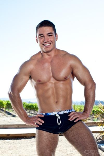jovem musculoso tira a cueca e mostra linda rola