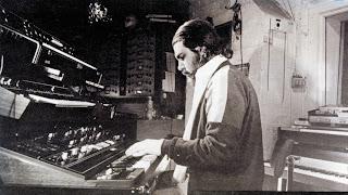 Vangelis Papathanassiou tocando el Yamaha CS-80 en el Nemo Studio de Londres a finales de los años 70
