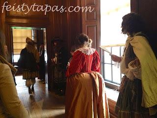 Actors in Hampton Court Palace down a corridor / Los actores del Palacio de Hampton Court por un pasillo