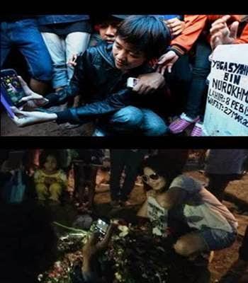 Para Fans Asyik Selfie di Papan Nisan Olga Syahputra ( Miris Ngliatnya )