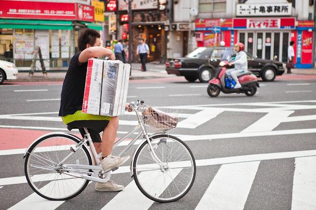 japones lleva impresora en bici