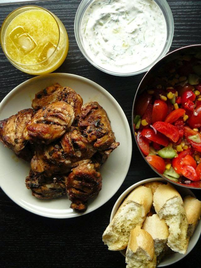 Kurczak na sposób grecki z sosem tzatziki i sałatką