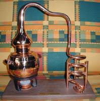 alambique destilando alcohol