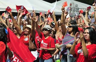 Em assembleia professores do DF decidem continuar em greve.