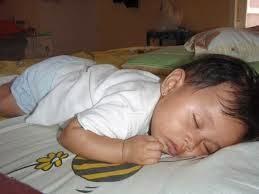 bayi perempuan tidur tengkurap