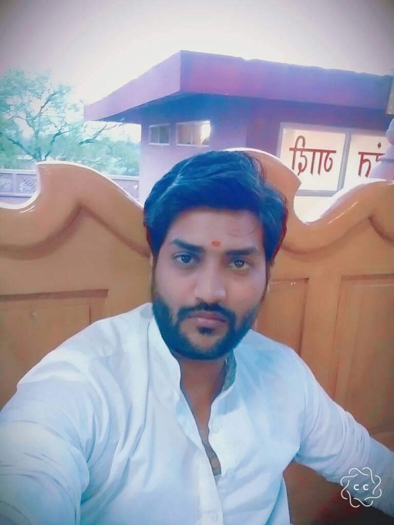 पुजारी अजय भारती