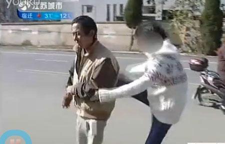 OMG : [Video] Remaja China Pukul & Tampar Bapanya Sendiri Di Khalayak