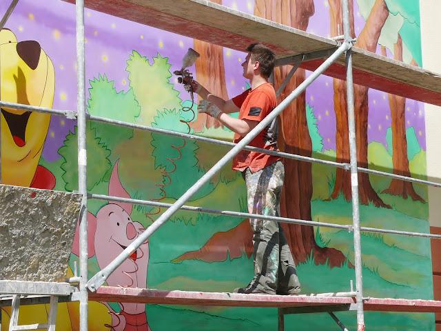 artystyczne malowanie ściany, Kubuś Puchatek na ścianie, Mural w Ząbkach