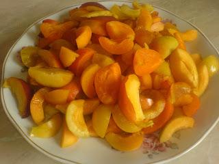 fructe, fructe proaspete, fructe coapte, fructe pentru compot, fructe de compot, retete cu fructe, preparate cu fructe, retete culinare, preparate culinare, retete cu caise, retete cu piersici, retete cu corcoduse,