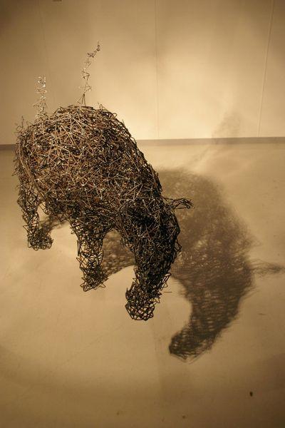 tomohiro inaba esculturas metal aramado se desfazendo fios de malha