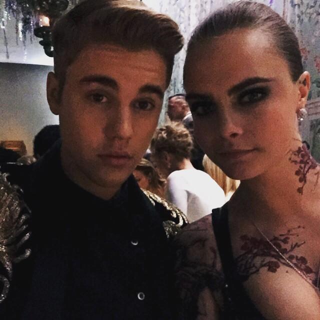 Justin Bieber junto a Cara Delevingne