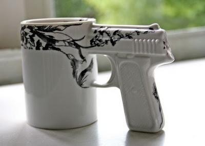 Taza con pistola integrada
