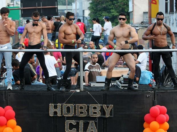 Homens exibiram os músculos em dança sensual na Parada do Orgulho LGBT de Madureira (Foto: Carlos Moraes / O Dia / Estadão Conteúdo)
