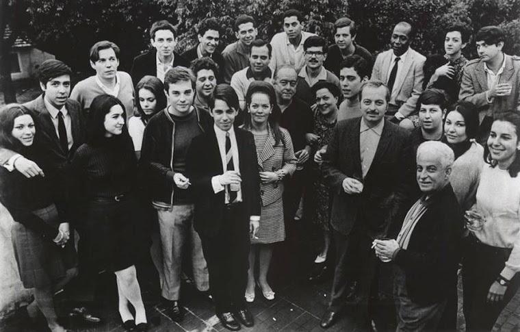 FOTO HISTÓRICA COM VÁRIOS ÍCONES DA MPB