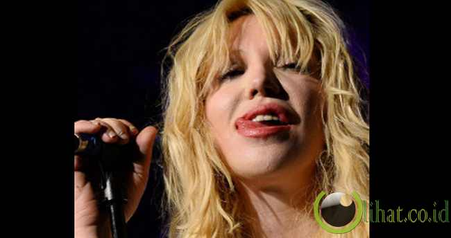Courtney Love Menjulurkan Lidah