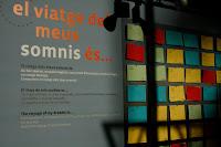 taule amb targes de visitants on comparteixen el viatge dels seus somnis