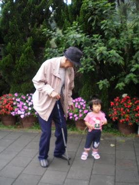 王老先生(92) 與曾孫女 2012/5/31