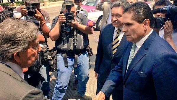 """Seguidores de Cárdenas abuchean a """"los Chuchos"""" en aniversario de la expropiación petrolera"""