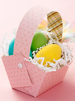 Лесна кошничка за яйца от розова хартия на точки