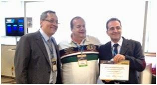 Professor Sérgio recebendo o certificado do Dr Marcus Vinicius Simões e do Dr Dirceu Rodrigues Almeida