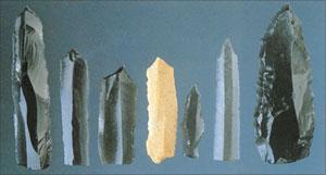 Siapapun yang membuat barang-barang ini pasti mempunyai alatan besi atau keluli untuk membolehkan mereka membentuk bahan-bahan ini dalam cara yang mereka mahukan. Blok batuan keras hanya dapat dipotong tepat dengan menggunakan bahan yang lebih keras, seperti keluli.