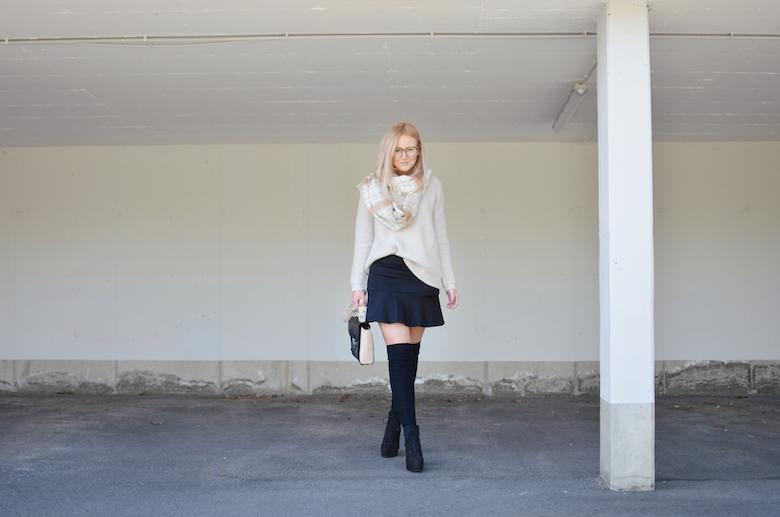 Outfit_Overknees_Herbst_Strickpullover_Rock_Kniestrümpfe_kombinieren_ViktoriaSarina