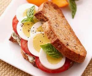 البيض المسلوق وجبن الشيد وجبة فطور صحي متكاملة