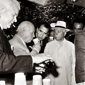 O namoro entre Pepsi e União Soviética já vinha de longa data Nesta foto históricade 1959, Don Kendall da Pepsi serve o líder soviético Nikita Khrushchev,  sob o olhar do então jovem vice-presidente Richard Nixon.