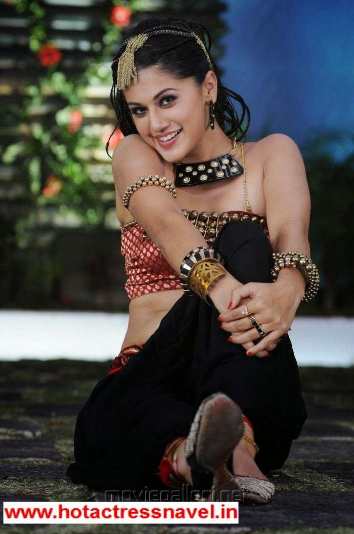 Tapsee Exposes Her Hot Navel