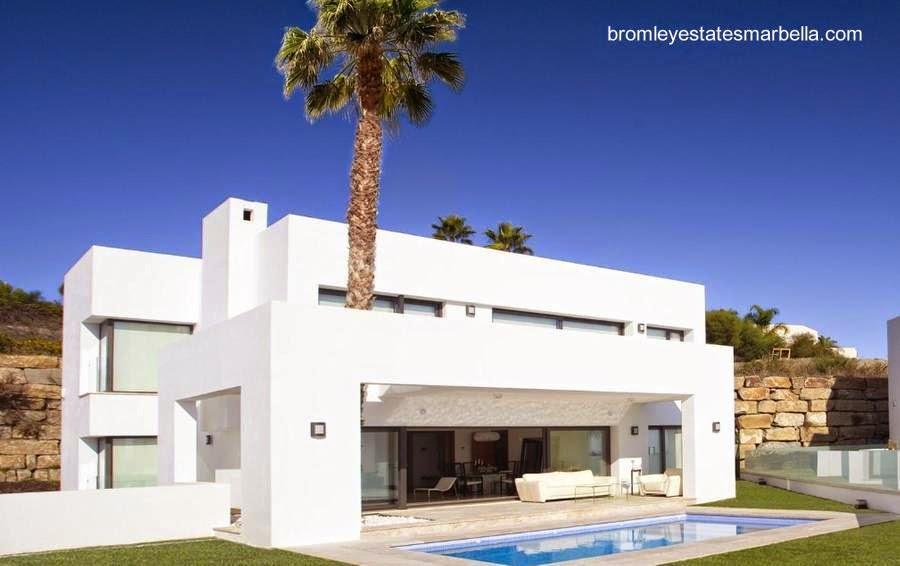 Villa contemporánea pintada de blanco en la Costa del Sol