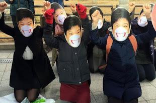 Manifestantes surcoreanas con máscaras de Park Geun-hye